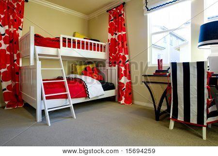 Dormitorio de niña con la tela brillante flor roja