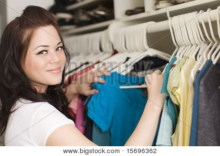 Woman looking at Kleidung in einem Schrank