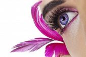 Постер, плакат: Красивая женщина открытых глаз Розовые перья на фоне