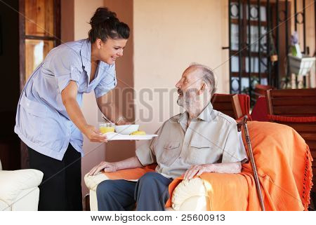 ältere Menschen und Krankenschwester oder Betreuer