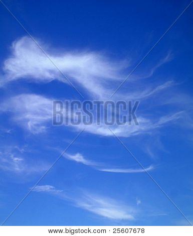 Nuvens Cirrus no céu azul