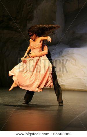 hombre y mujer durante el espectáculo de pina bausch