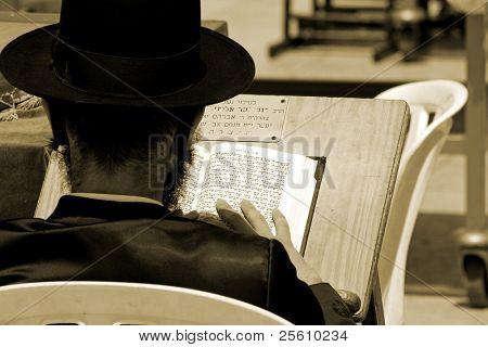Sepia - Hasidic Juden Lesen der Tora an der wailing westliche Wand, Jerusalem, Israel