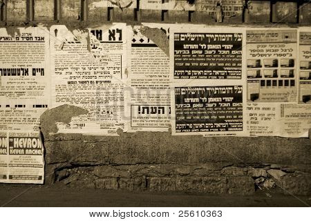 Hasidic Juden walking vor Propaganda Paneele, Jerusalem, israel