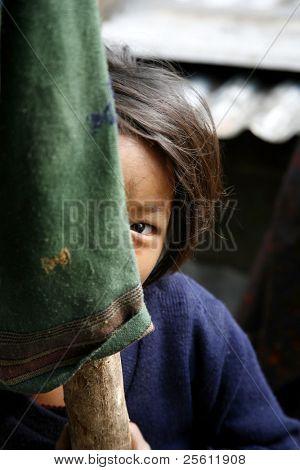 Schüchtern Mädchen versteckt sich hinter Pole, Annapurna, nepal