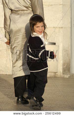 Jerusalén - el 22 de mayo: Joven ortodoxo judío sigue su padre a través de la vieja Jerusalén de ciudad 22 de mayo de 2007