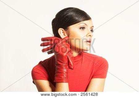 attraktive Brunet in rote Bluse und Rote Handschuhe