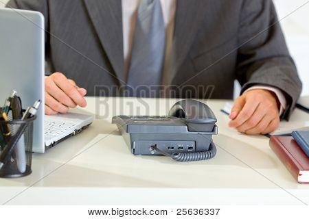 Empresario esperando la llamada de teléfono. Closeup