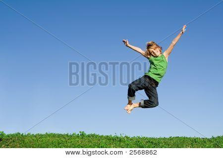 glücklich Kind für Freude springen