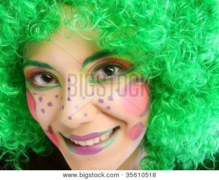 verrückte Frau mit kreativen visage
