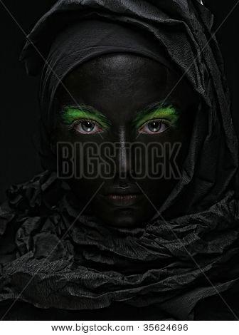 Foto de arte, de uma linda mulher com cara preta