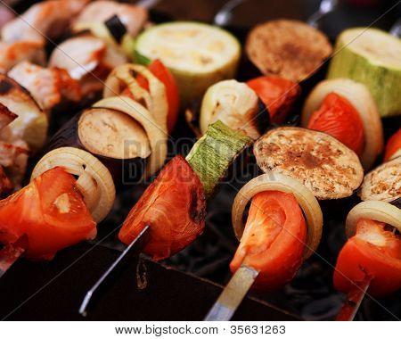 Una variedad de brochetas de carnes y verduras asarlos a la parrilla
