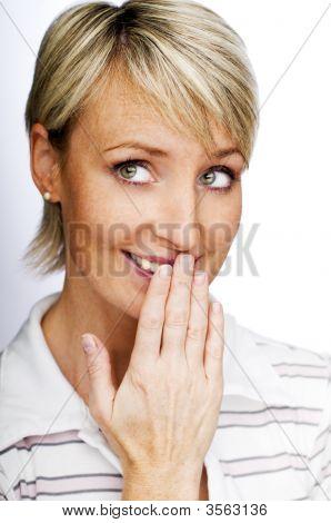 verlegen blonde Frau