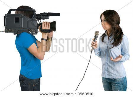 Reportero de televisión que presenta las noticias en estudio