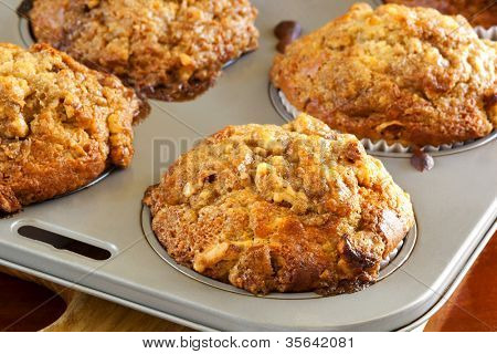 Walnuss und Banane Muffins in einem Backblech. leckeres, Gesundes Essen.