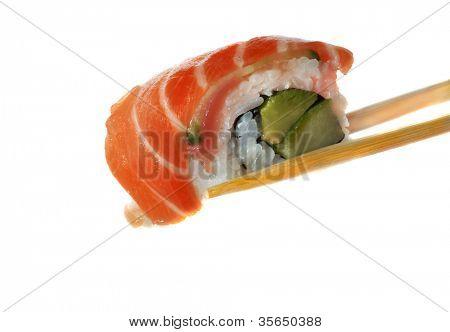 Sushi con palillos tiro sobre blanco