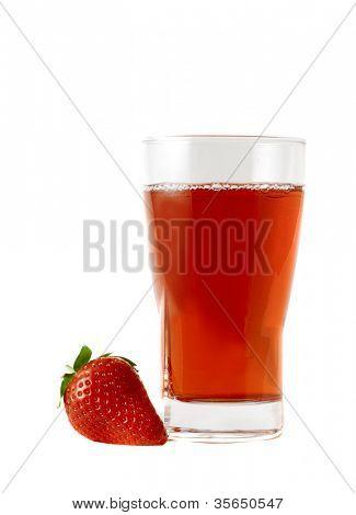 Vaso de jugo de fresas aislado