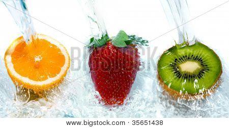 frisches Obst, Sprung ins Wasser mit einem Schuss