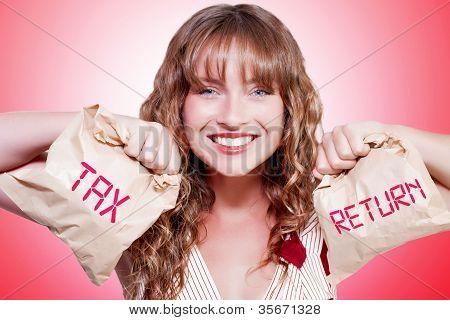 Contador mujer feliz celebración de declaración de impuestos