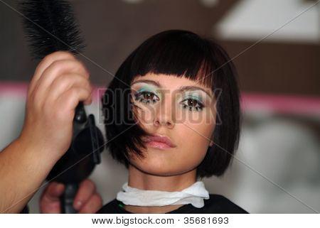Arbeit des hairdresser(barber) mit Modell