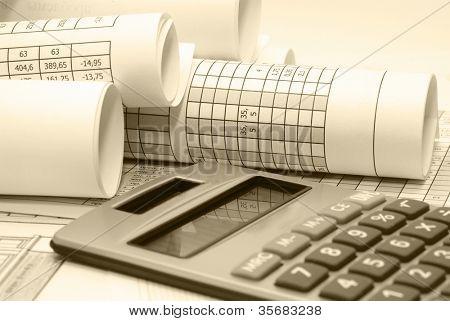 Accesorios de negocios sobre un fondo de diagramas.