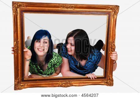 zwei Mädchen im Frame.