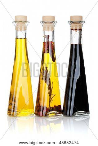 Botellas de vinagre y aceite de oliva. Aislado sobre fondo blanco