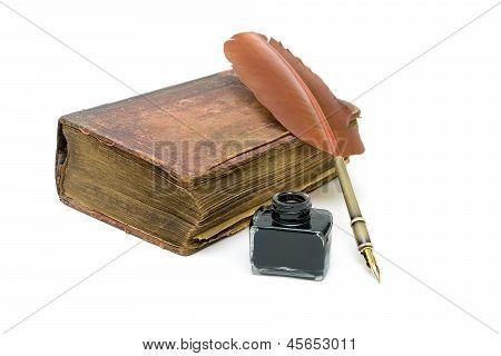 Nova Aliança, um tinteiro e caneta isolado no fundo branco