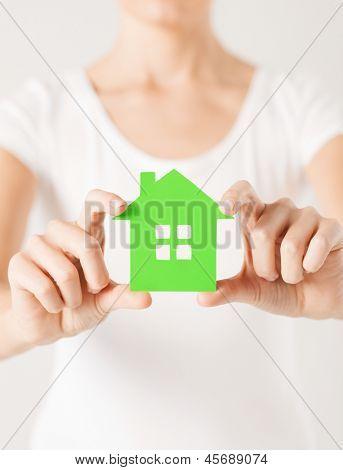 Closeup imagen de manos de mujer sosteniendo la casa verde