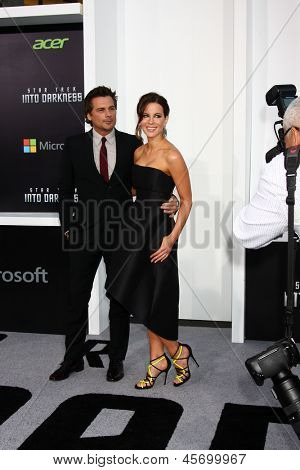 LOS ANGELES - MAY 14:  Len Wiseman and Kate Beckinsale arrive at the