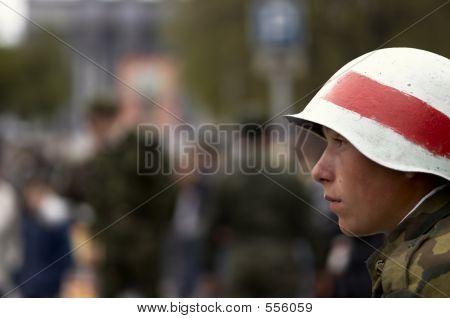 Junger Soldat In weißen Helm