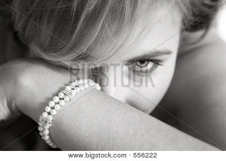 Novia mirando para detrás de su brazo