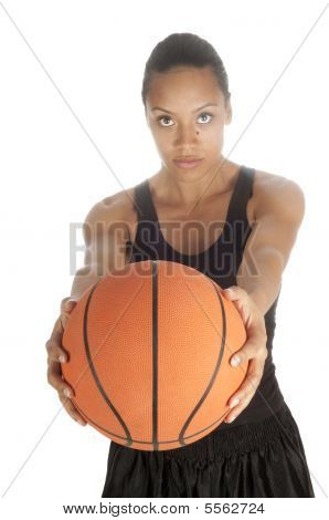 Jugador de baloncesto americano africano hermoso