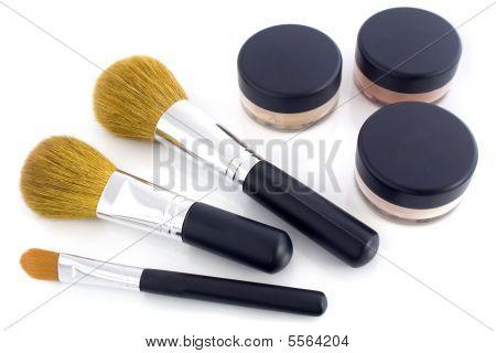 Pincéis de make-up e frascos em pó