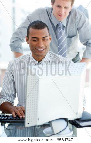 Empresario afroamericano en una computadora