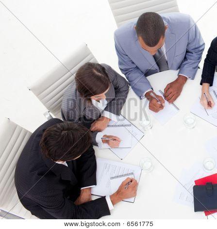 Alto ángulo de un pueblo de negocios internacionales de jóvenes discutiendo una nueva estrategia