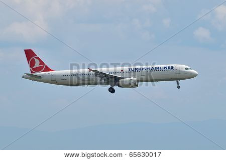Turkish Airlines Airbus A321 Landing At Istanbul Ataturk Airport In Turkey (editorial)