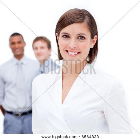 Gerente do sexo feminino na frente de sua equipe