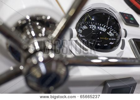 Steering wheel and compass of a speedboat