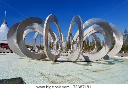 Fountain Horseshoe And Wheel In Astana