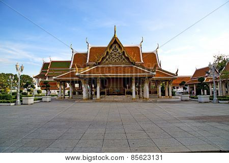Gold    Temple   In   Bangkok  Thailand Incision Street Lamp