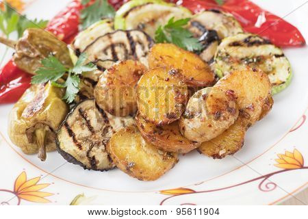 Oven baked spicy potato with grilled vegetables, healthy vegan meal