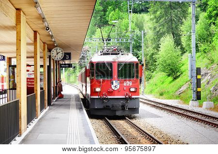Train from Davos arrives to Filisur station.