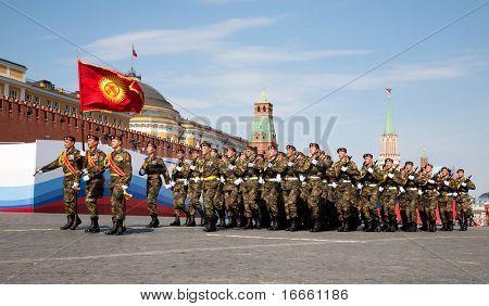 Moscú - 9 de mayo: Las tropas Kirguistán. Desfile militar en el 65 º aniversario de la victoria en el gran patriota