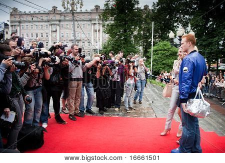 MOSCOW - JUNE 1: E. fon Gechmen-Valdek, Oksana Pushkina with son.  Premiere of