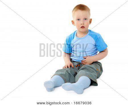 Kleiner Junge sitzt auf White überrascht