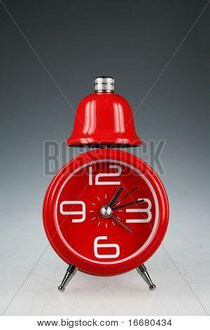 relógio vermelho com fundo cinza