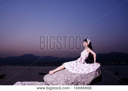 jóvenes asiáticas relajación en roca