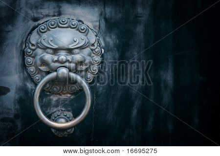 aldaba de puerta oriental antiguo