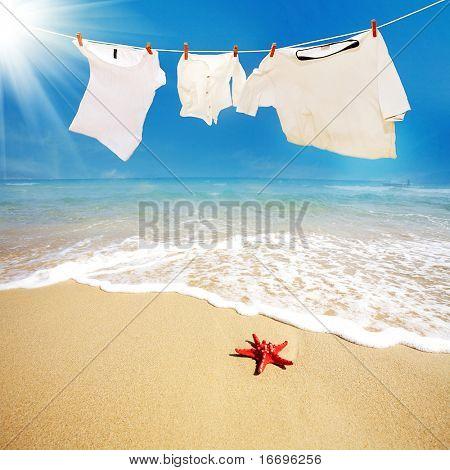 Camiseta con la estrella roja en la playa